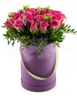 Коробочка из 25 роз с зеленью и эустомой