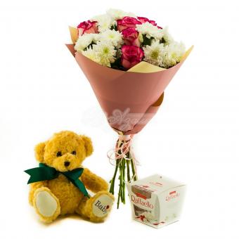 Букет из роз, хризантем и подарками