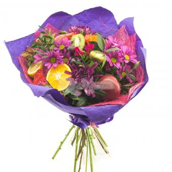 Букет с цветами и фруктами