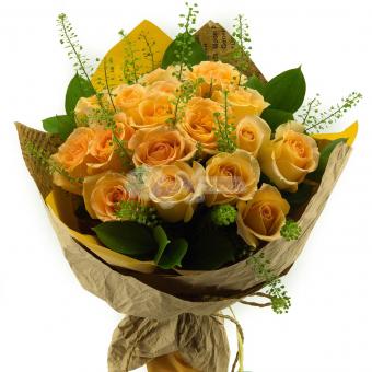 Букет из 17 Эквадорских роз с зеленью